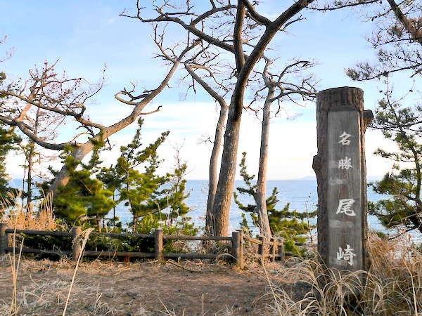 【尾崎神社】泊崎半島の最先端に位置、日の出と夕陽が同時に見られる『景勝地』です。