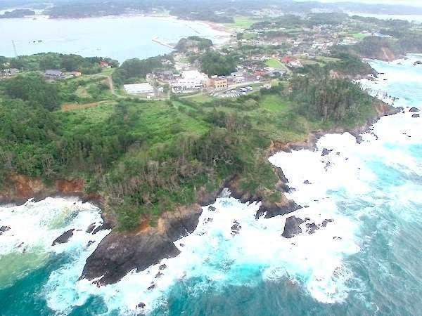 【ドローン撮影】当旅館は泊崎半島の先端部に位置しております。大自然に囲まれた、海辺に佇む旅館です。