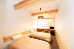 シモンズ社製のベッドを採用し、杉の香りに包まれながらゆっくりと休めます