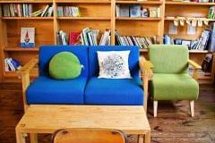 研修室に設置した南三陸杉で造られたソファー