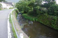 さんさん館の横を流れる川。早朝の散歩コースに最適です
