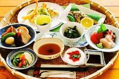 夕食付きプランのかご御膳。地域で採れた新鮮な旬の食材をふんだんに利用しています。